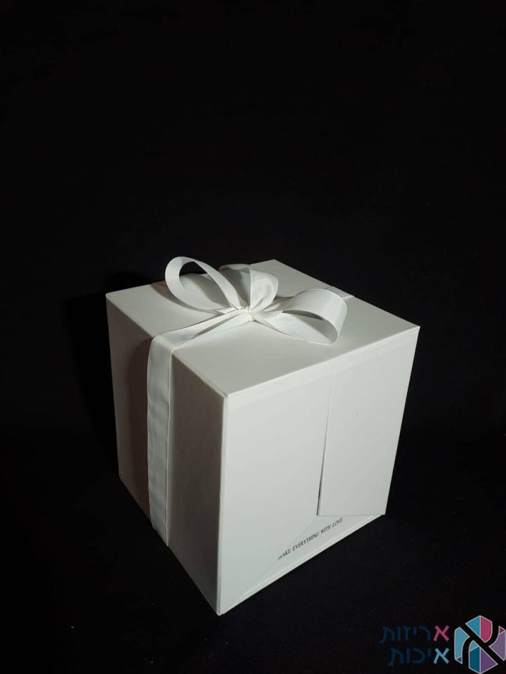 קופסאות לפרחים - קופסאות הפתעה נפתחות עם סרט סאטן בצבע לבן