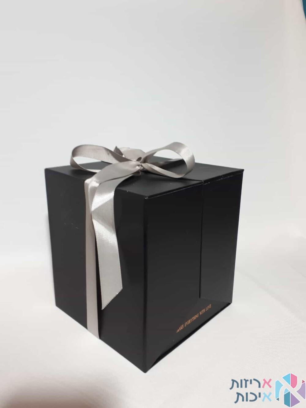 קופסאות לפרחים - קופסאות הפתעה נפתחות עם סרט סאטן בצבע שחור