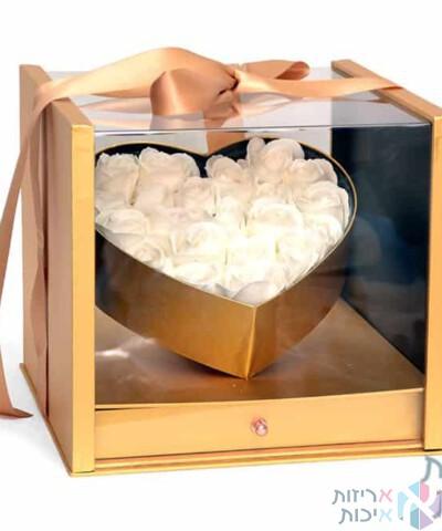 קופסאות לפרחים - קופסת ריבוע יוקרתיות עם לב זהב אקריל